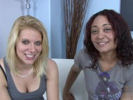 Vidéo porno mobile : Jolies lesbienne blodne aux yeux bleus se fait brouter le minou